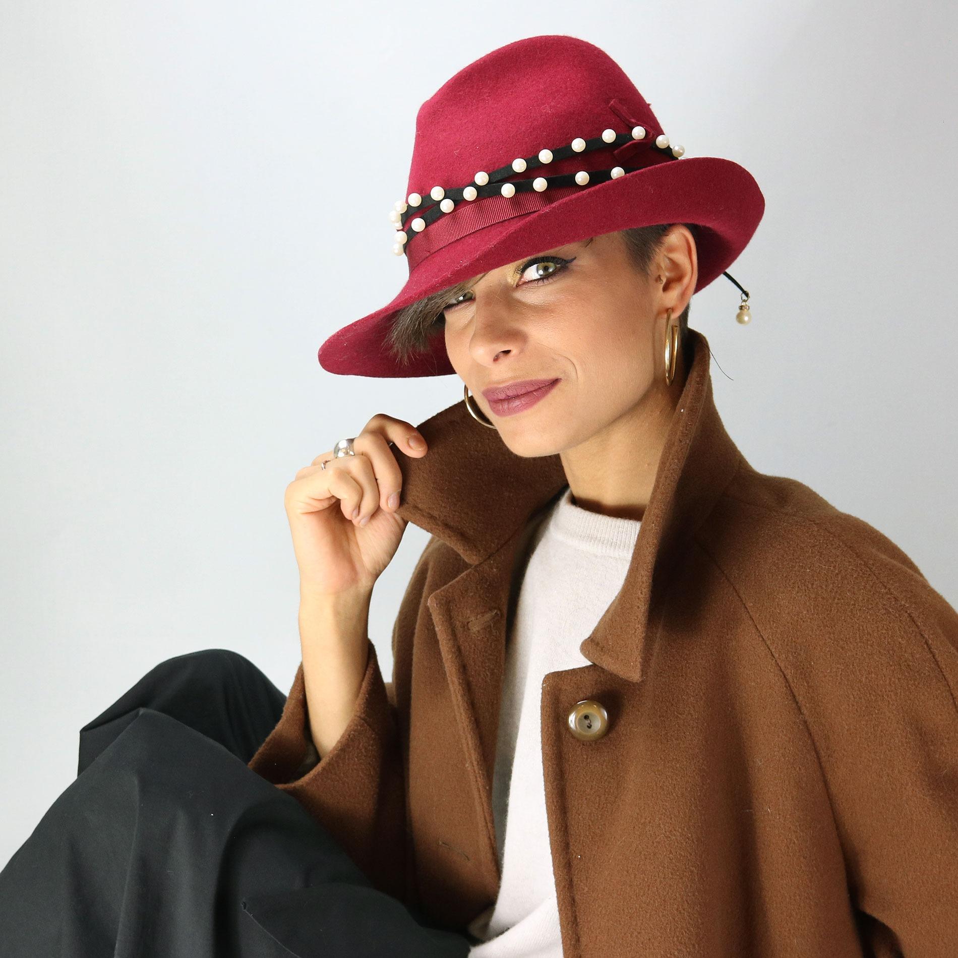 Cappello bordeaux invernale in feltro con perline 910c8a33318d