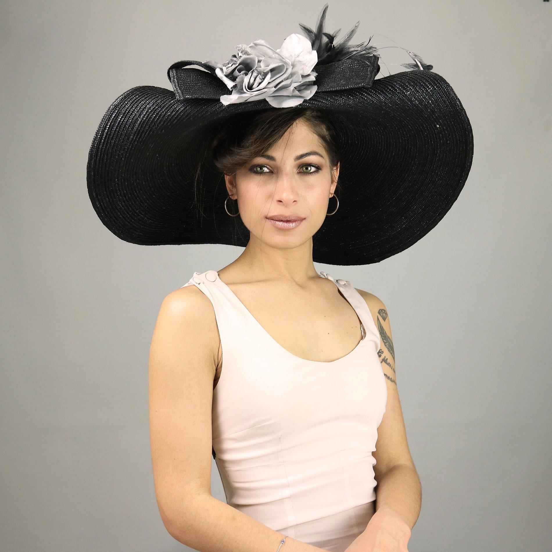 Cappello da donna nero a falda larga con fiore decorativo